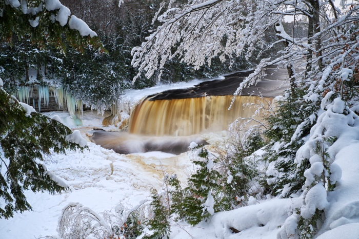 winter-solstice-at-tahquamenon-falls