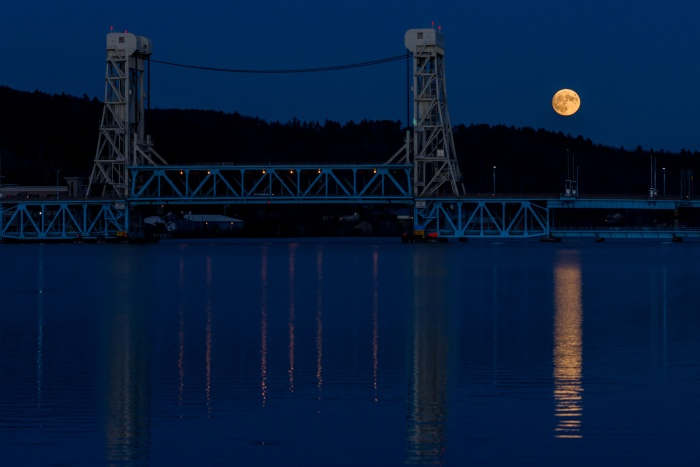 supermoon-over-the-lift-bridge